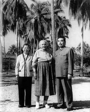 1960年2月,周恩来和邓颖超在海南岛同美国进步女作家斯特朗合影。