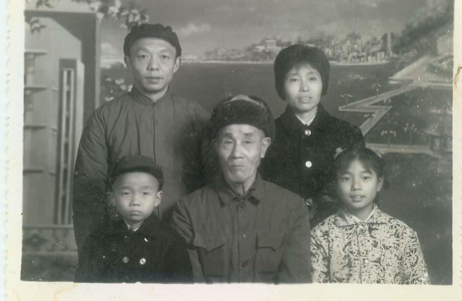 童年时和父母与外公合影