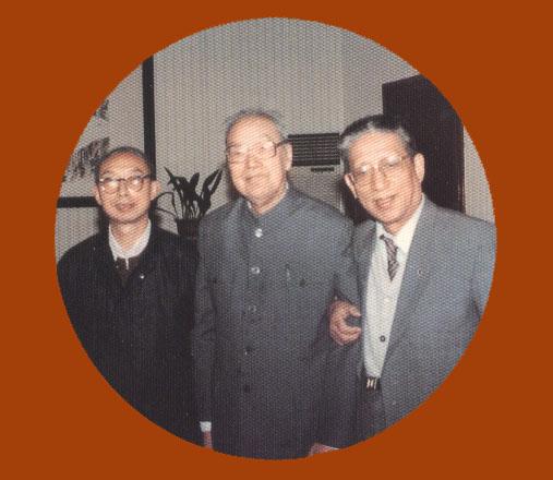 *周哲文先生(右)与西泠印社沙孟海社长(中)、刘江副社长(左)合影留念。