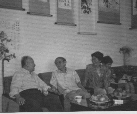 """1992年7月,爱新觉罗·毓嶦在国安宾馆的""""静赏轩""""与启功先生交流书艺"""