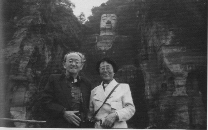 爱新觉罗·毓嶦夫妇在乐山大佛前合影