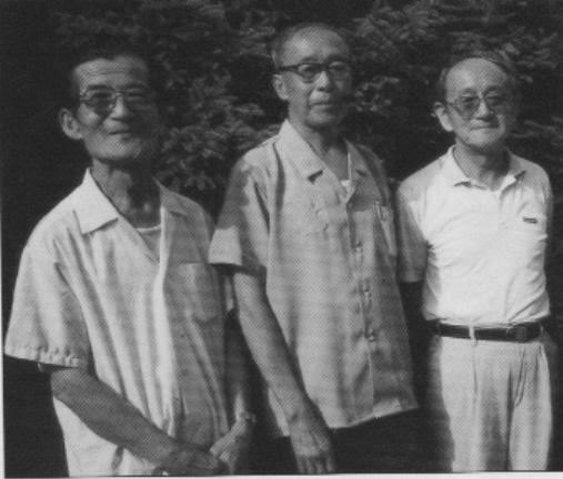 1992年7月,毓嵒(左)、毓嵣(中)、毓嶦(右)在长春伪皇宫合影