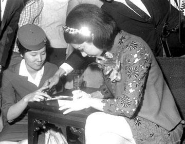 1968年5月9日樂蒂離台時替影迷簽名