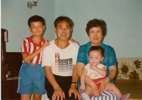 父母和两个外甥合影