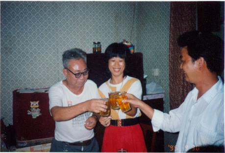 父亲与大女婿、小女儿干杯