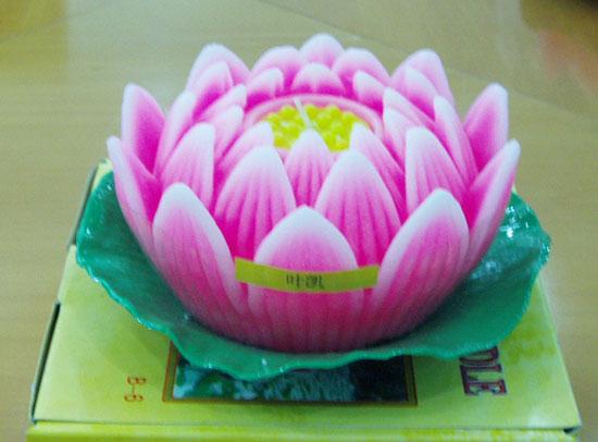 2006年中元节荷灯近景照片
