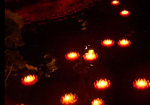 2006年中元节荷灯远景照片