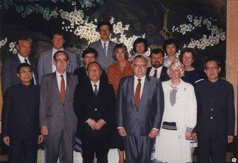 1988年5月11日,习仲勋与来访的由国务部长乔纳森·亨特(前排右三)率领的新西兰工党代表团合影。