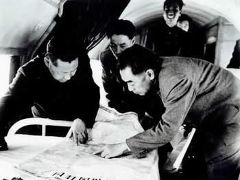1958年4月,周恩来与习仲勋在河南视察时,在飞机上研究三门峡水库建设情况。
