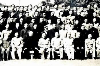1954年5月28日, 习仲勋陪同毛泽东接见全国宣传工作会议代表。