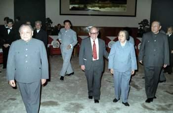 1985年4月20日,邓小平、邓颖超、习仲勋等出席伊斯雷尔·爱泼斯坦同志70寿辰招待会。