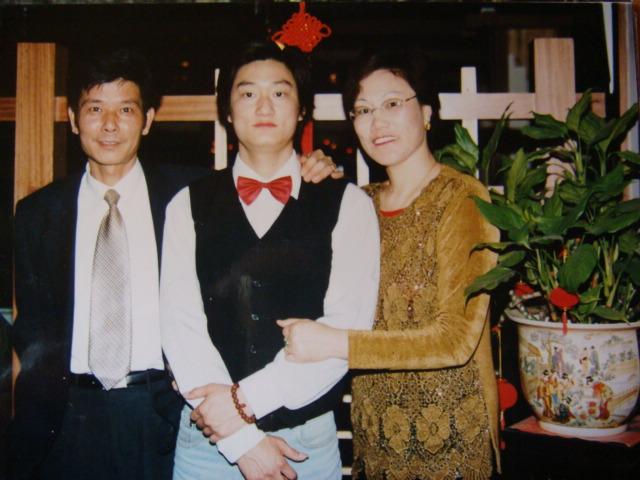 磊磊和爸爸妈妈的合影