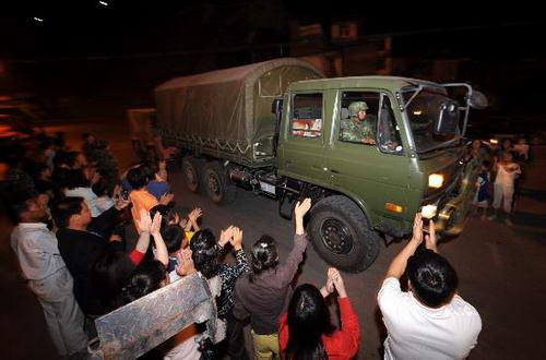 甘肃陇南群众夹道欢迎救援官兵