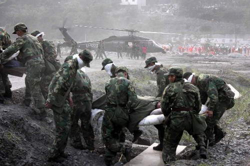 救援人员向直升机上抢运伤员