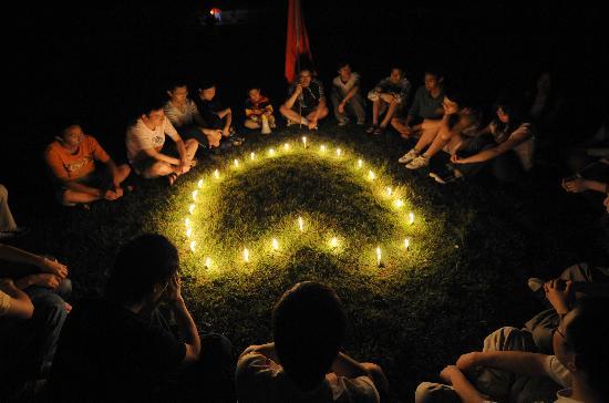 武汉大学学生在操场点燃蜡烛哀悼死难者