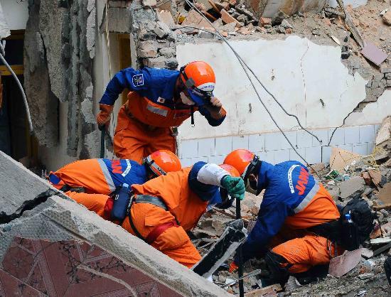 日本救援人员在青川县展开搜救