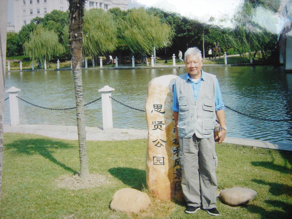 2008年10月,在徐景贤逝世周年之际,老朋友朱永嘉摄于思贤公园。