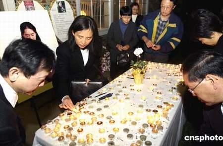 人们举行了烛光悼念活动