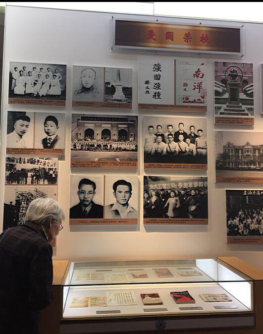 在上海交大校史博物馆内参观