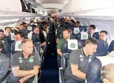 巴西球员乘机出征比赛